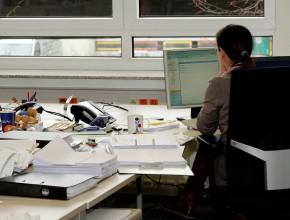 Długotrwała praca w pozycji siedzącej jest dużym obciążeniem dla kręgosłupa i pleców